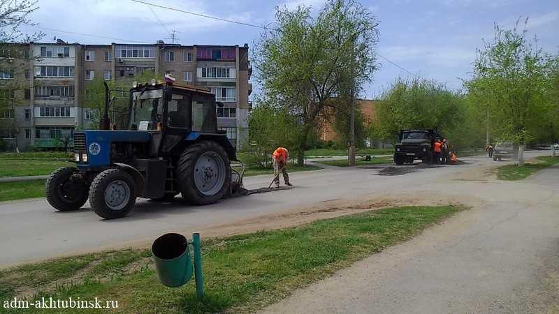 Ремонт автомобильных дорог общего пользования местного в г. Ахтубинске продолжается