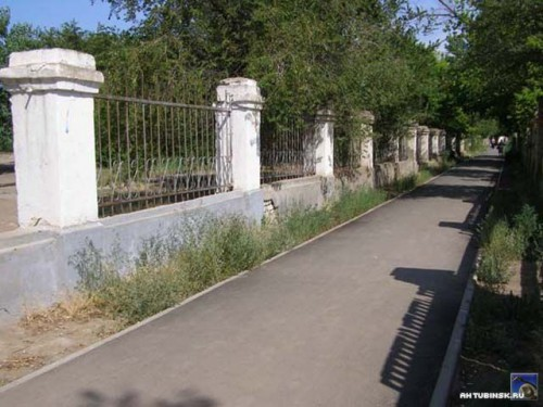 Тротуар вдоль парка к водонапорной башне