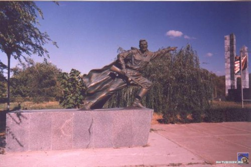 Памятник на площади Победы