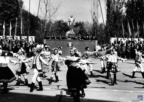Выступление ансамбля на площади Ленина
